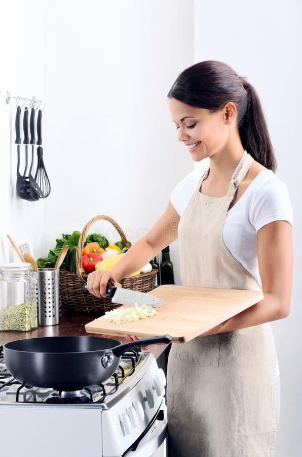 Huischef-kok het koken in de keuken royalty-vrije stock afbeelding