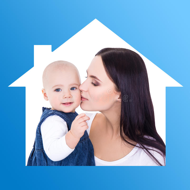 Huisconcept - portret van gelukkige moeder die weinig dochter kussen royalty-vrije stock foto