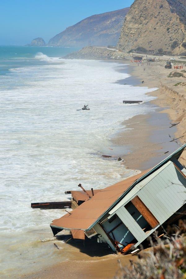 Huisdalingen in oceaan na grote golven stock foto's