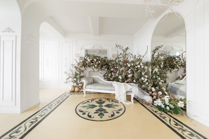 Huisdecor in de stijl van daling De herfstochtend Klassieke flats met een witte open haard royalty-vrije stock foto's