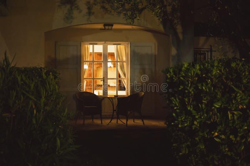 Huisdeur bij nacht royalty-vrije stock afbeelding