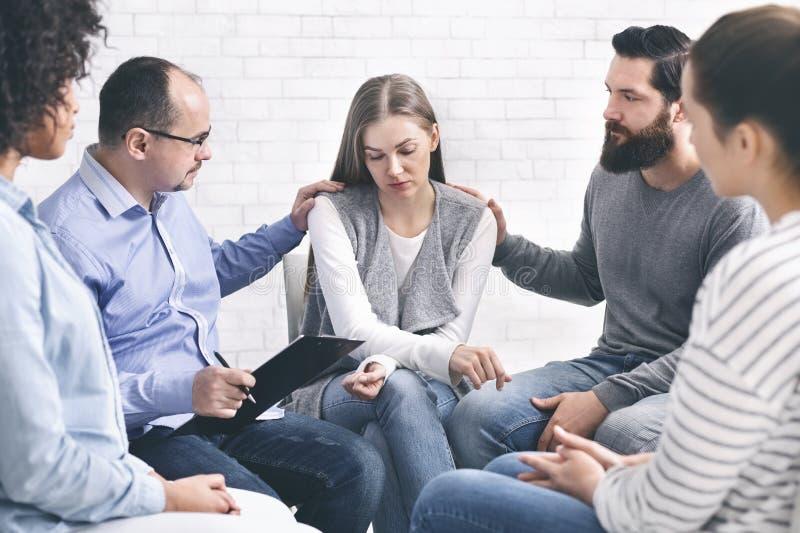 Huiselijk geweldslachtoffer op therapie met steungroep stock fotografie