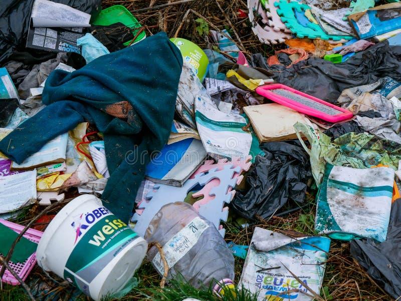 Huishoudelijk afval in de buurt van een kleine vijver, conceptueel beeld van menselijke nalatigheid royalty-vrije stock afbeeldingen