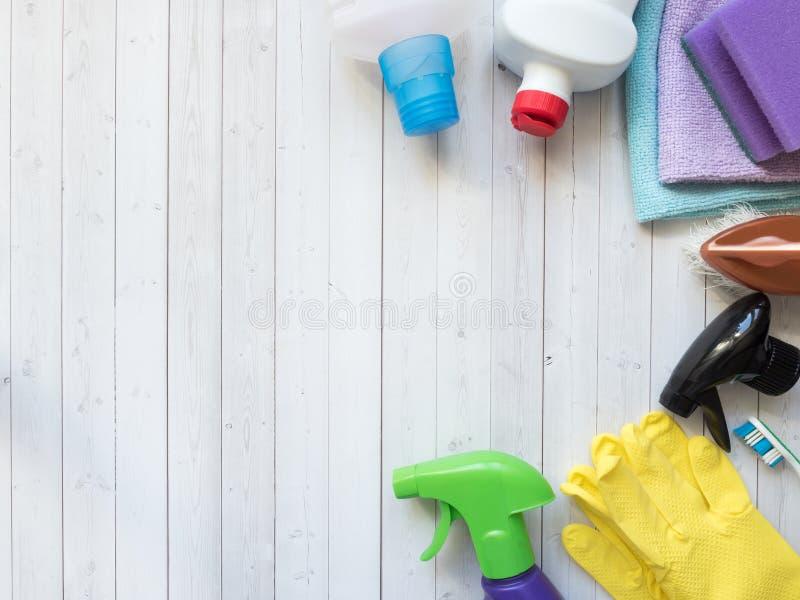 Huishoudelijk werk, huishouden en huishoudenconcept - schoonmakend materiaal stock afbeelding
