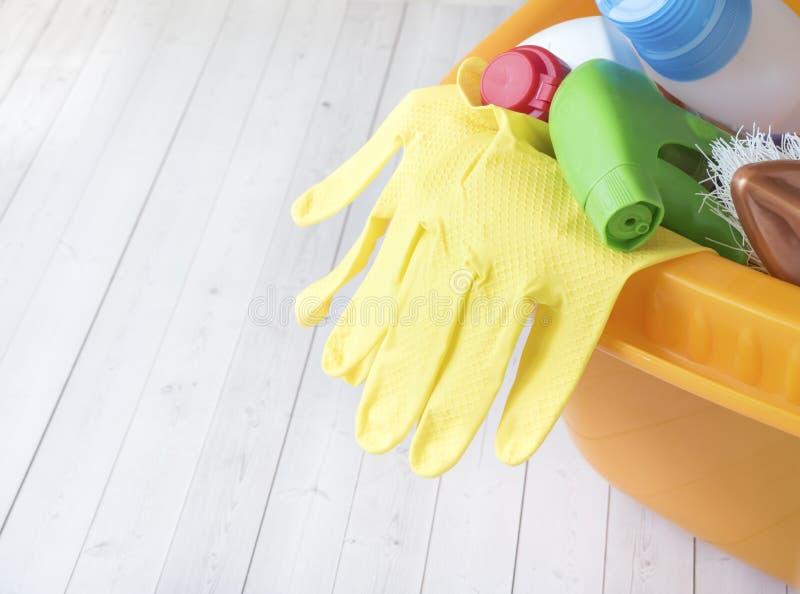 Huishoudelijk werk, huishouden en huishoudenconcept - schoonmakend materiaal stock afbeeldingen