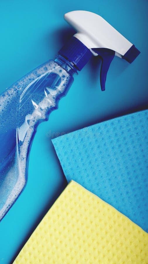 Huishoudelijk werk, huishouden en huishoudenconcept - schoonmakend vod, detergent nevel stock afbeelding