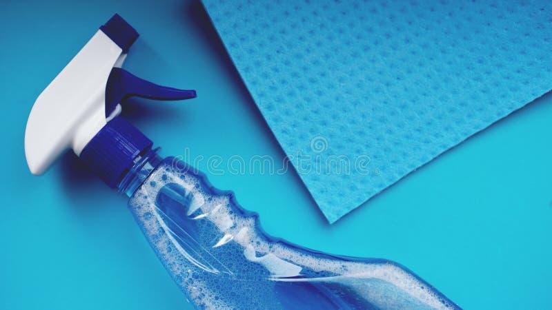 Huishoudelijk werk, huishouden en huishoudenconcept - schoonmakend vod, detergent nevel royalty-vrije stock afbeelding