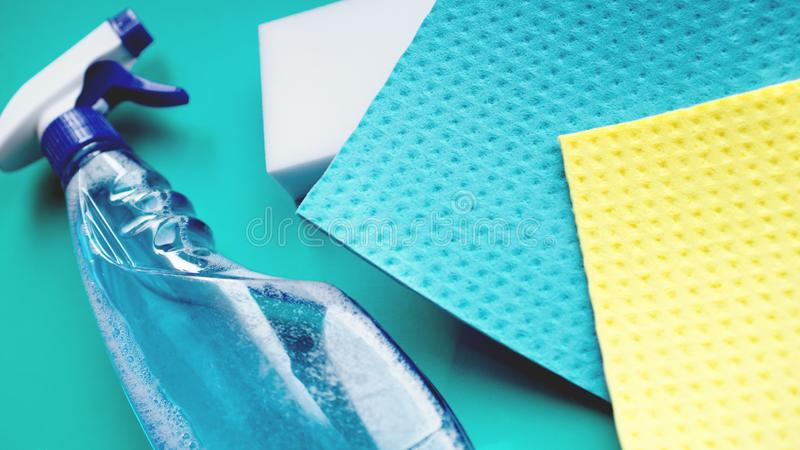 Huishoudelijk werk, huishouden en huishoudenconcept - schoonmakend vod, detergent nevel royalty-vrije stock foto's