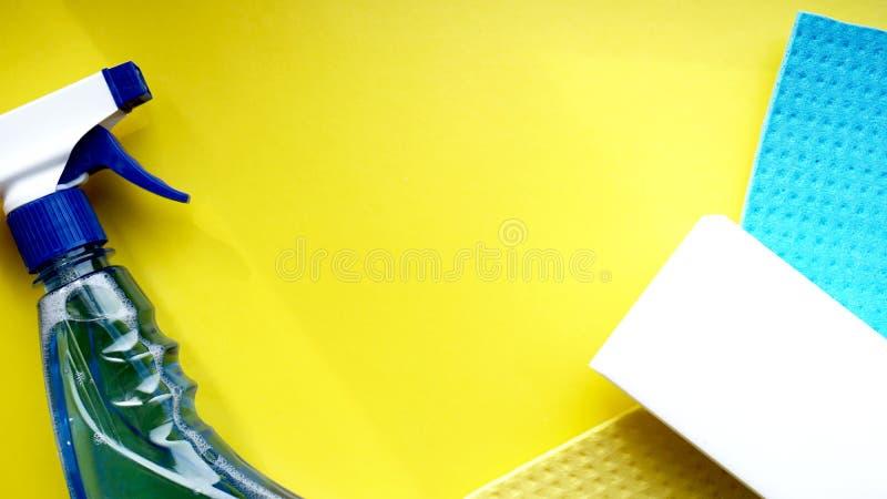 Huishoudelijk werk, huishouden en huishoudenconcept - schoonmakend vod, detergent nevel stock foto's