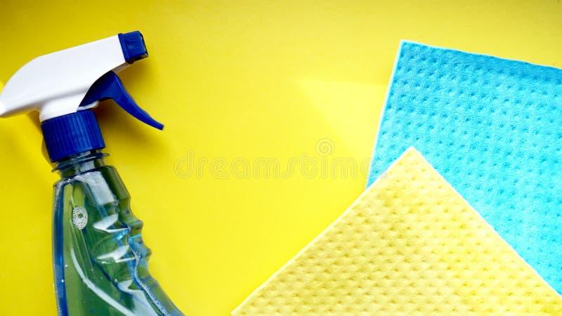 Huishoudelijk werk, huishouden en huishoudenconcept - schoonmakend vod, detergent nevel royalty-vrije stock fotografie