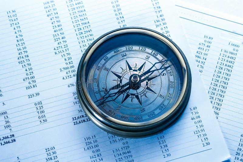 Huishoudelijke begroting en uitstekend kompas stock fotografie