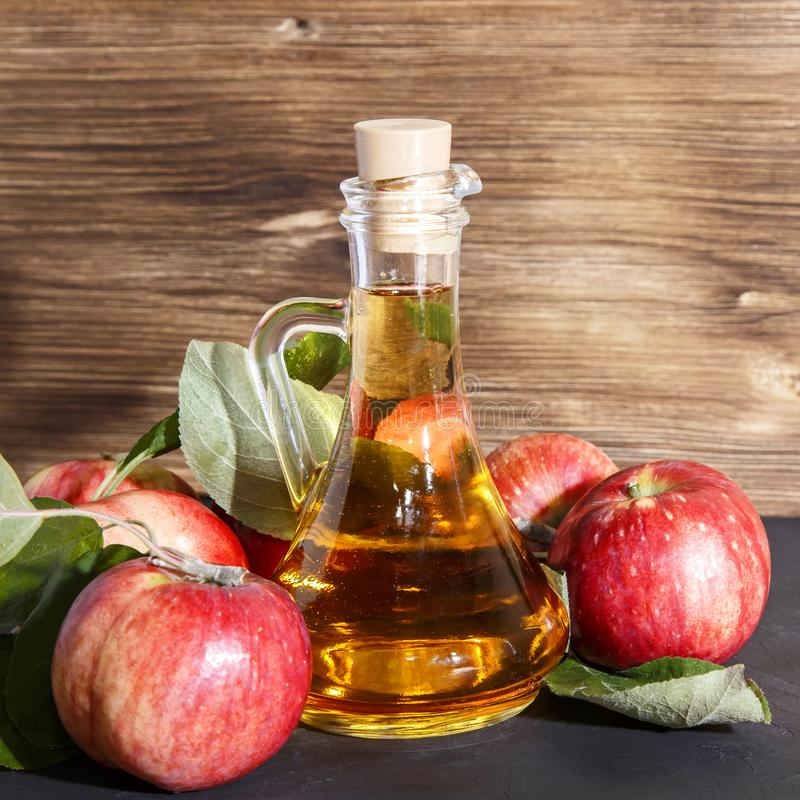 Huishoudelijke fruitconserven, gezonde voeding en drank Appelcider-azijn, sap, saladeappel uit een gewas van rijpe rode tuin stock foto