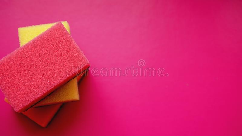 Huishouden het schoonmaken concept Kleurrijke sponsen op roze achtergrond royalty-vrije stock foto