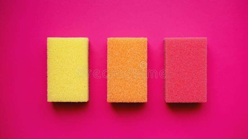 Huishouden het schoonmaken concept Kleurrijke sponsen op roze achtergrond royalty-vrije stock foto's