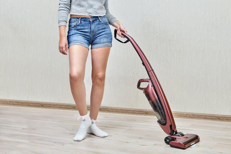 Huishouden het schoonmaken met hulp van rechte stofzuiger stock foto