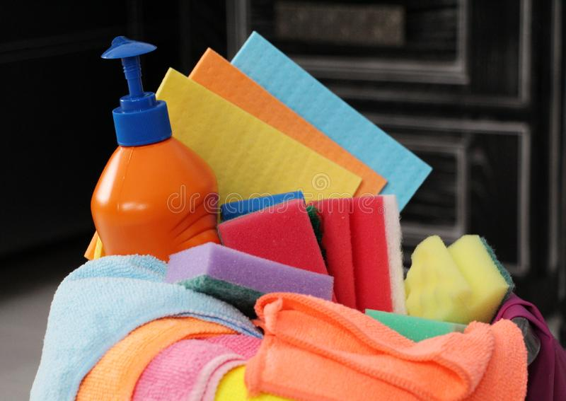 Huishouden - huizen, flats en bureaus Emmer met het schoonmaken van producten voor het schoonmaken royalty-vrije stock fotografie