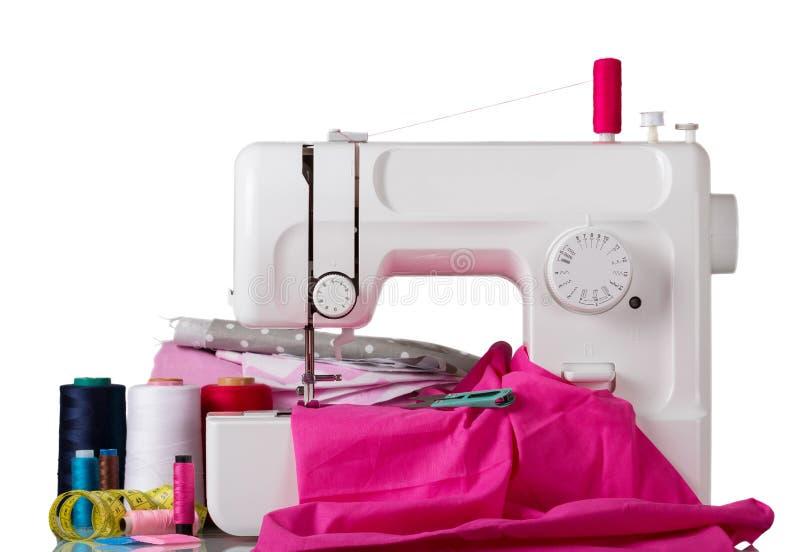 Huishouden naaimachine en bijkomende die reeks op wit wordt geïsoleerd stock afbeeldingen