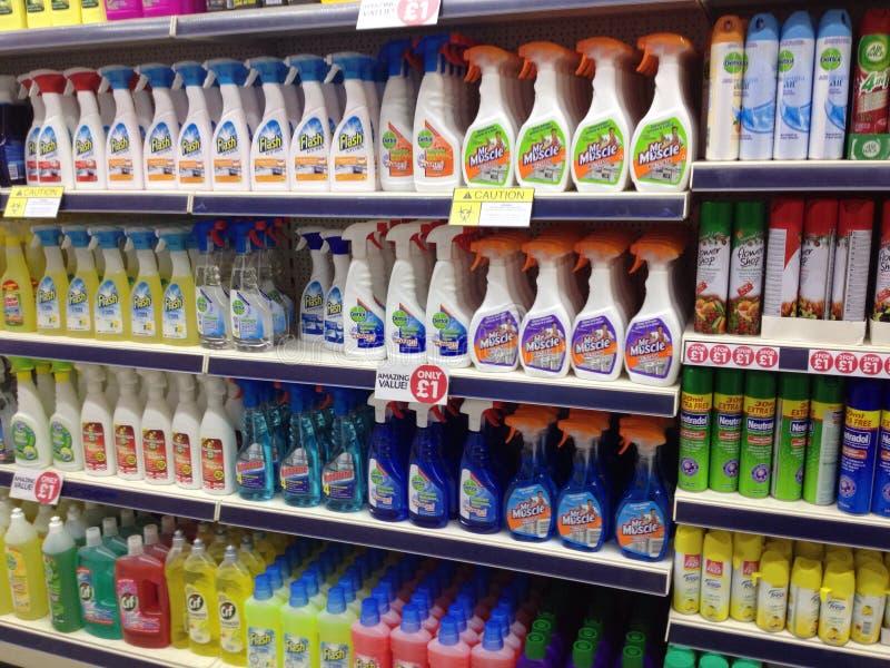 Huishouden schoonmakende producten voor verkoop in een opslag stock foto's