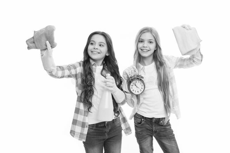 Huishoudenplichten Meisjes met rubber beschermende handschoenen klaar voor het schoonmaken Informeel onderwijs Meisjesjonge geitj royalty-vrije stock fotografie