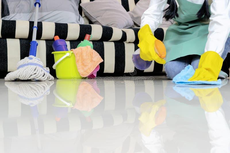 Huishoudster die de vloer met doek afvegen stock foto's