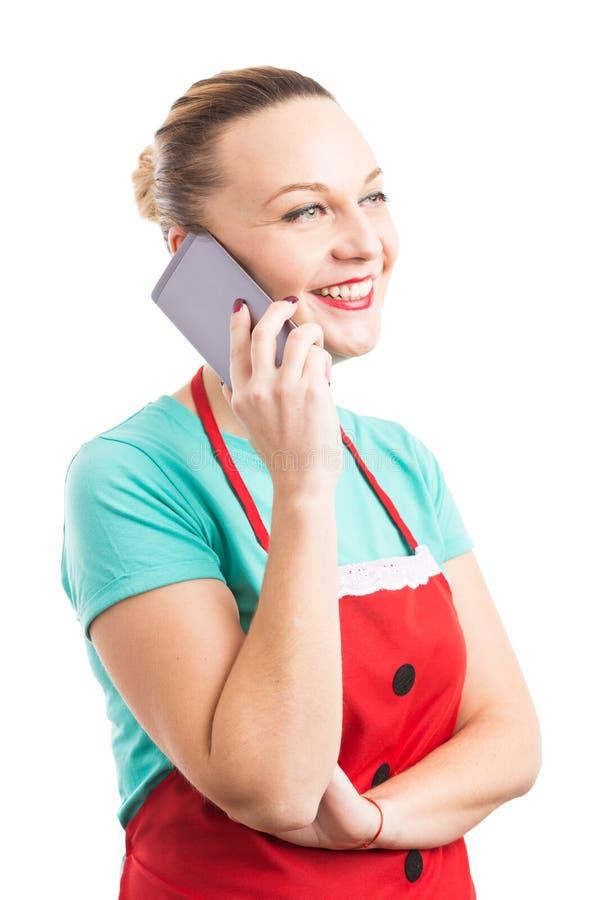 Huishoudster of meisje die een onderbreking nemen die op de telefoon babbelen stock foto's