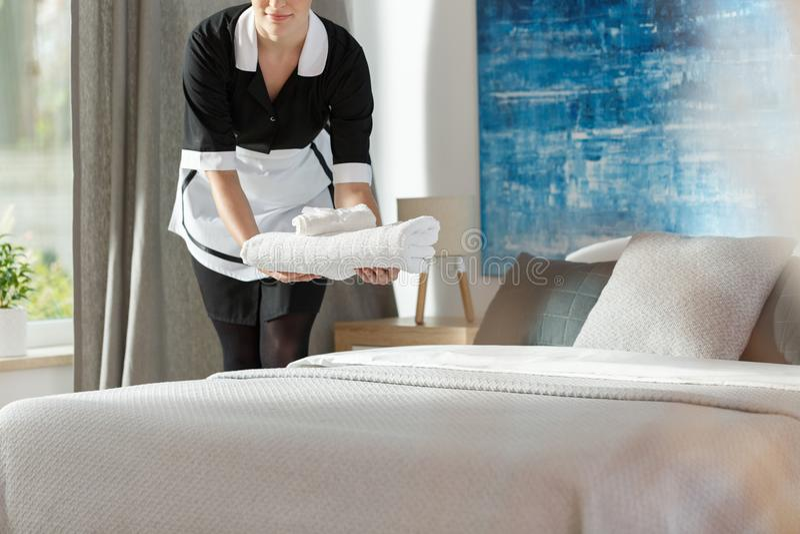 Huishoudster in zwarte eenvormig royalty-vrije stock fotografie