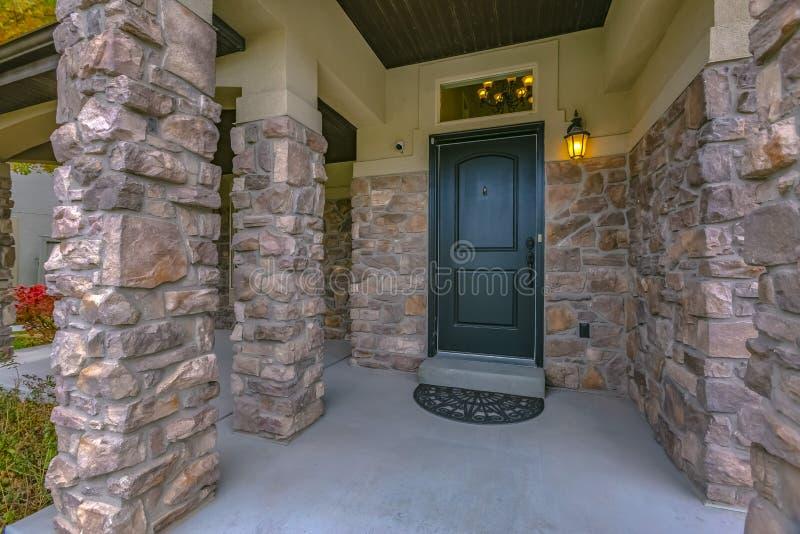 Huisingang met steenmuur en portiek in Utah stock afbeeldingen