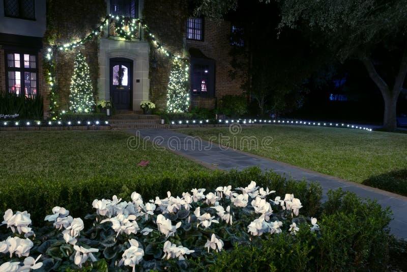 Huisingang voor Kerstmis met slingers en bloemen wordt verfraaid die royalty-vrije stock foto