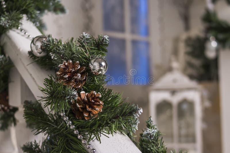 Huisingang voor vakantie wordt verfraaid die De decoratie van Kerstmis slinger van sparrentakken en lichten op het traliewerk royalty-vrije stock afbeeldingen