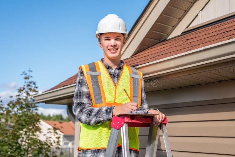 Huisinspecteur die een inspectie verstrekt aan een huis stock fotografie