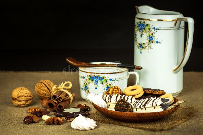 Huiskoekjes op een eettafel Ongezond zoet voedsel Gevaren van zwaarlijvigheid en diabetes stock foto's