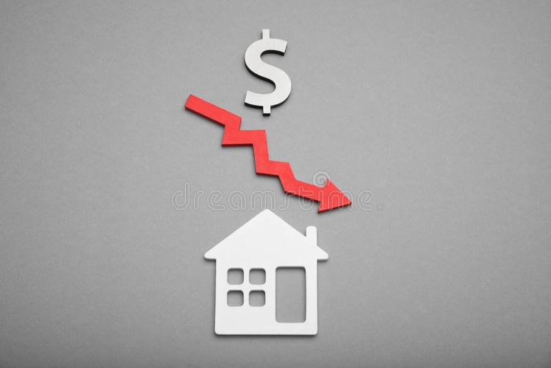Huismarktkoers neer, onroerend goedlandgoed Waardevermindering, dalingswaarde royalty-vrije stock afbeelding