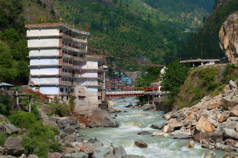 Huismening over de rivier van bergparvati in Manikaran Himachal Pradesh, Noord-India stock afbeelding