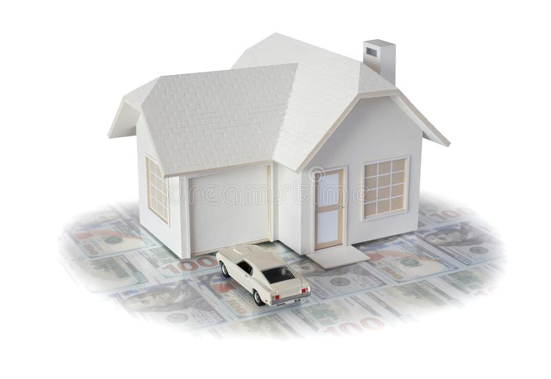 Huisminiatuur met auto op witte achtergrond voor onroerende goederen wordt ge?soleerd en bouwconcepten dat Huis miniatuur ontworp royalty-vrije stock fotografie