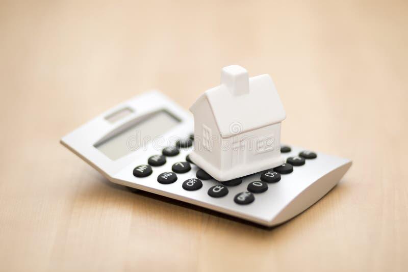 Huisminiatuur op calculator royalty-vrije stock foto's