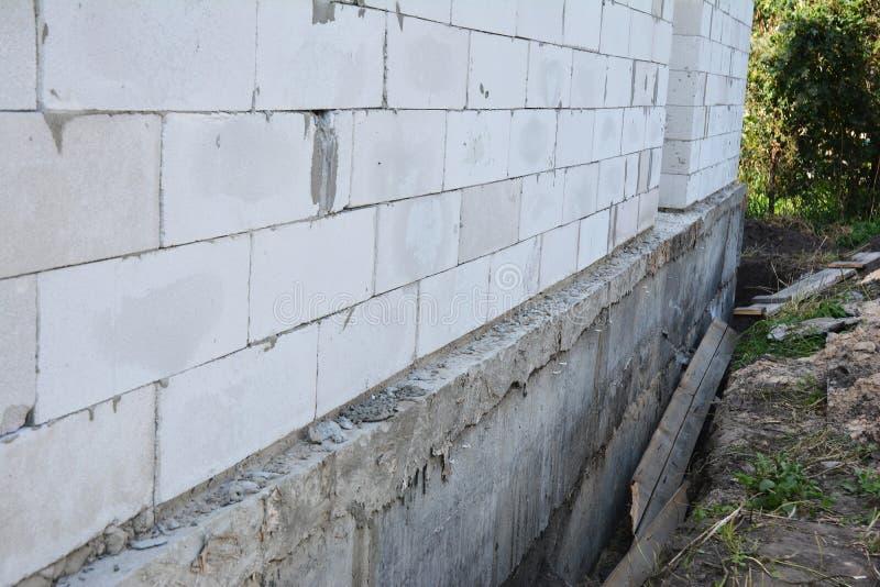 Huismuur klaar voor het waterdicht maken van stichting met isolatie Isolerende Buitenstichtingsmuren stock afbeelding