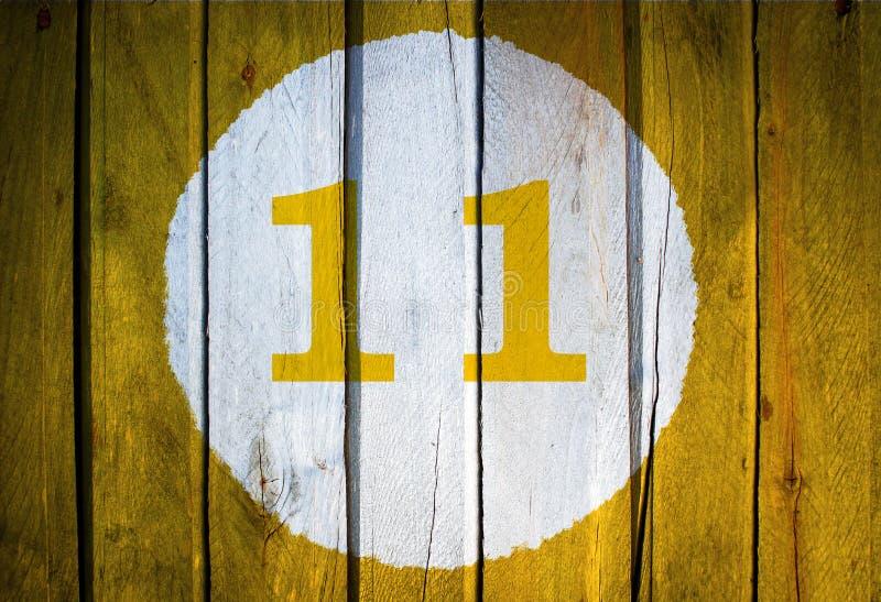 Huisnummer of kalenderdatum in witte gestemde cirkel op geel royalty-vrije stock afbeelding