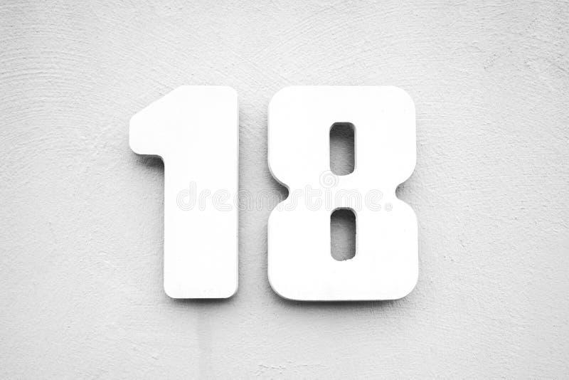 Huisnummer 18 op geweven muur stock fotografie