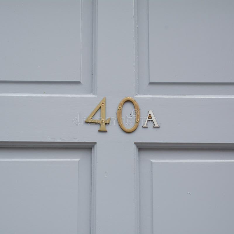 Huisnummer40a teken op blauwe houten deur royalty-vrije stock foto
