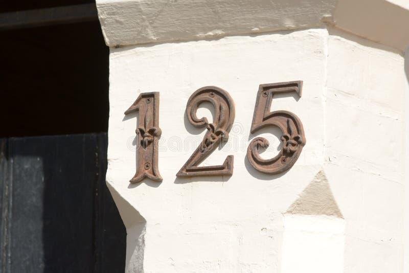 Huisnummer 125 teken op muur stock afbeelding