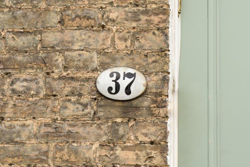 Huisnummer 37 teken op muur stock afbeeldingen