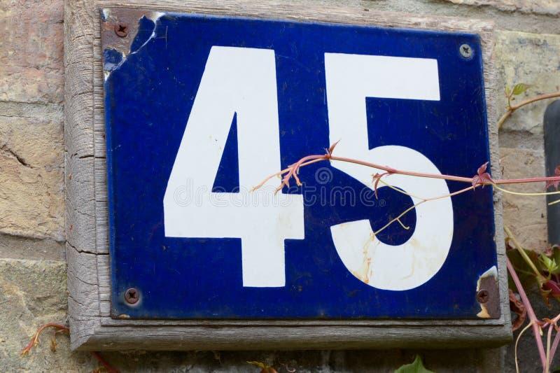 Huisnummer 45 teken op muur stock afbeeldingen