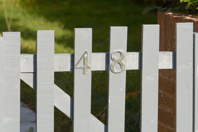 Huisnummer 48 teken op poort stock afbeelding