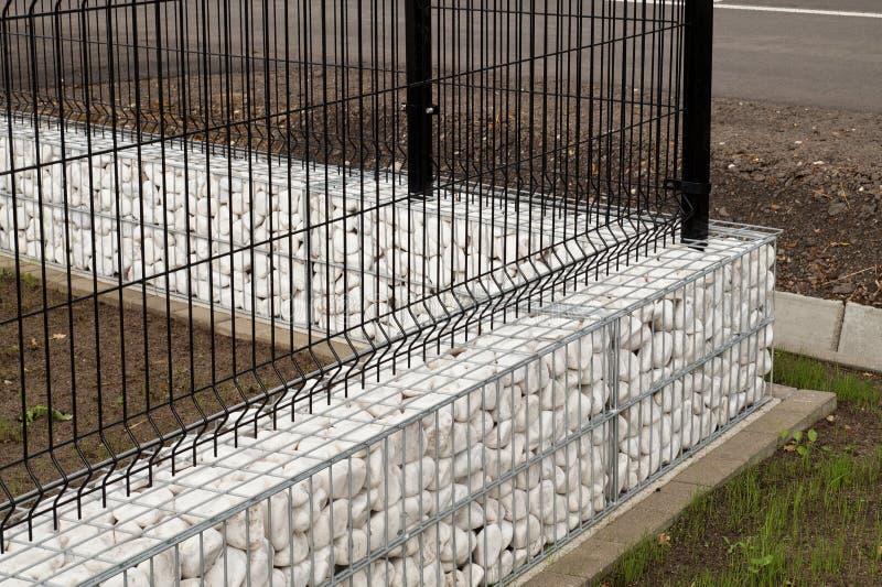 Huisomheining Hoek van gabions wordt met witte kiezelstenen wordt gevuld gemaakt die royalty-vrije stock afbeeldingen