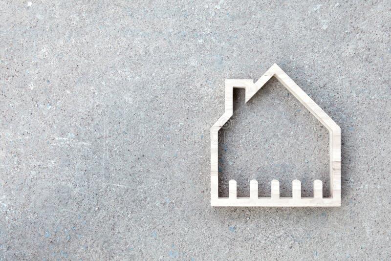 Huispictogram op concrete achtergrond, Huisbouw royalty-vrije stock foto's