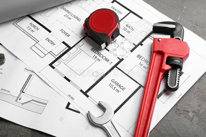 Huisplan met de hulpmiddelen van de loodgieter stock afbeeldingen