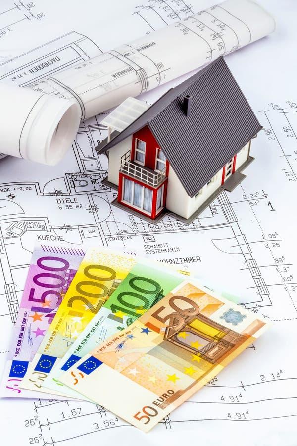 Huisplan met euro nota's stock afbeelding