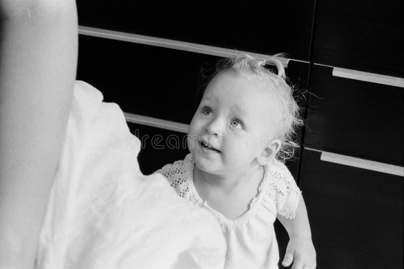 Huisportret van babymeisje in zwart-wit royalty-vrije stock afbeeldingen