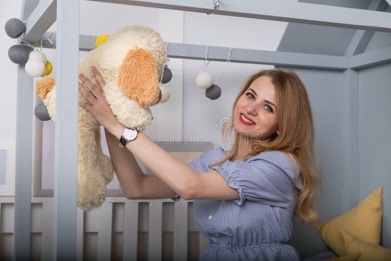 Huisportret van zwangere Gelukkige Vrouw Mamma die Baby verwachten Meisje op het kinderenbed royalty-vrije stock foto's