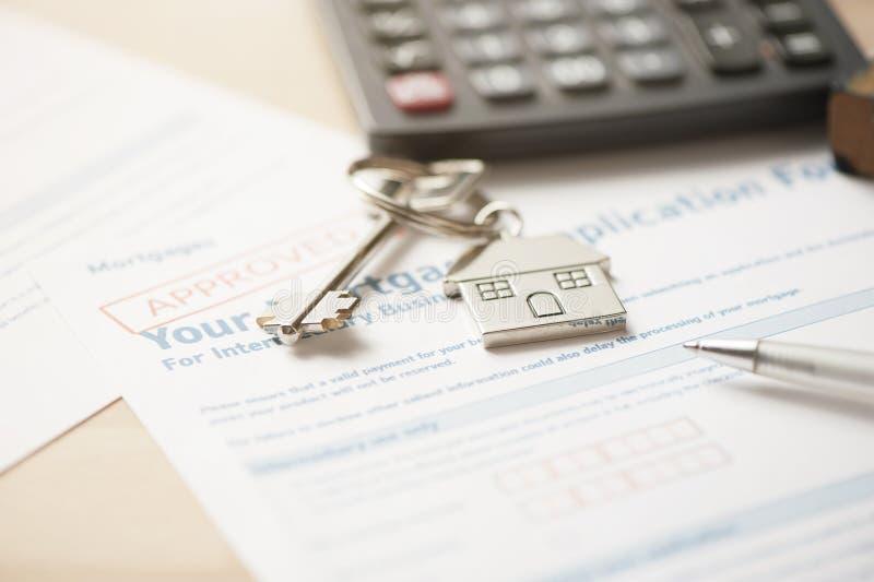 Huissleutel met de toepassing van de hypotheeklening royalty-vrije stock fotografie